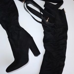 Knee boots with belt